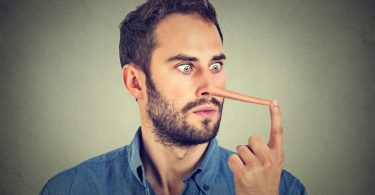 Sozialkompetenz nicht nur behaupten: Mann mit langer Nase
