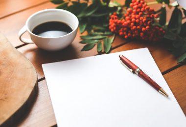 Freitextfelder in Online-Bewerbung nutzen: Block und Kaffee