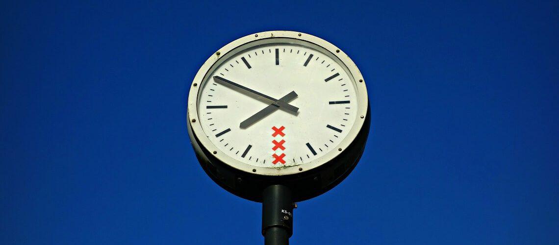 Uhr auf blauen Hintergrund