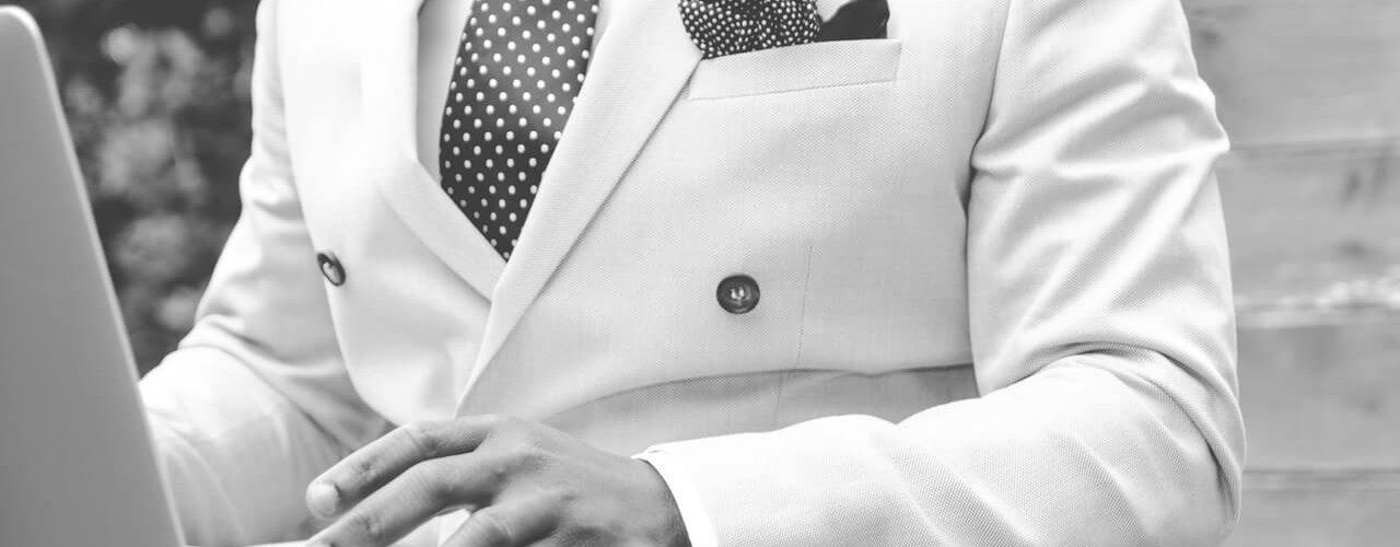 Führungserfahrung im Anschreiben: Mann im Anzug am PC