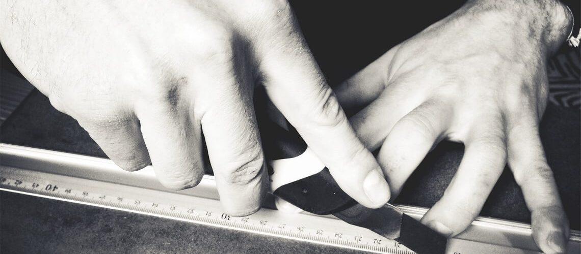 Kürzen im Anschreiben Teil 1: Mann mit Cutter