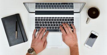Bewerbung schreiben am Laptop