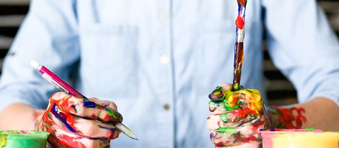 Guerilla-Bewerbung, Mann hält Pinsel mit Farbe in den Händen