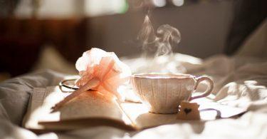 Stil im Anschreiben - Notizblock mit Stift und Tee