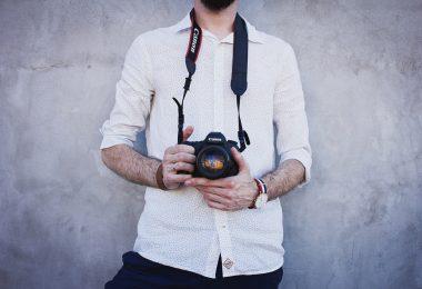 Fotograf mit weißem Hemd