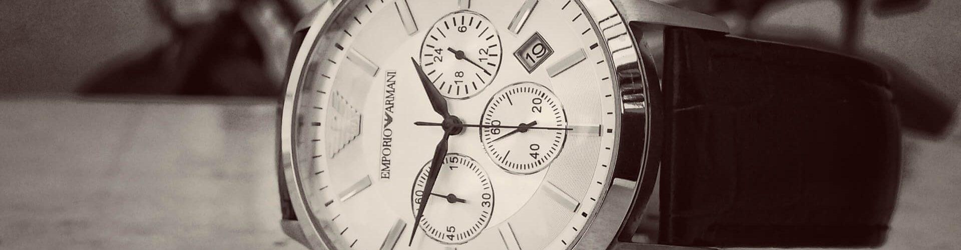 befristete Arbeitsverträge: Uhr auf einem Tisch