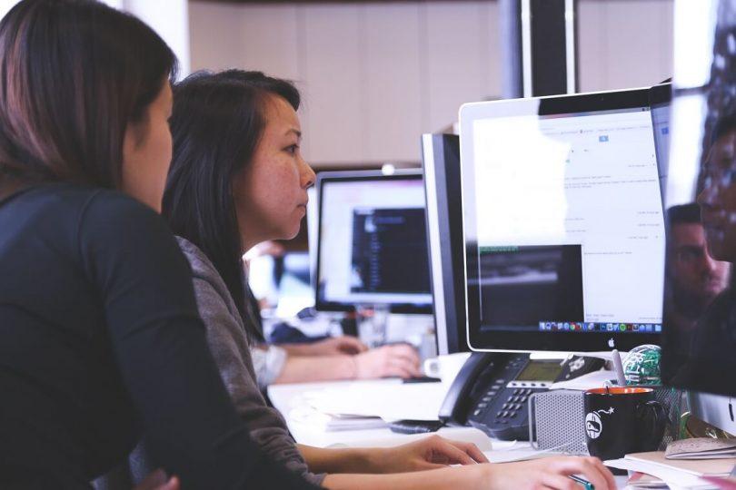 Frauen vor einem PC