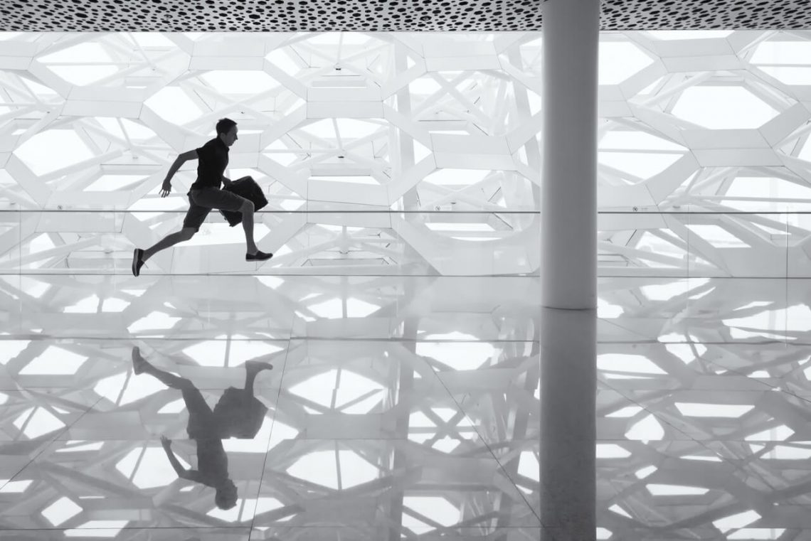 Über uns - schneller zur Stelle: rennender Mann mit Aktenkofer