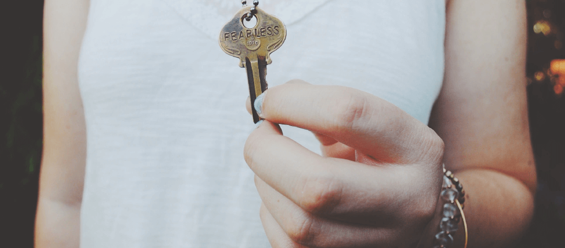 Datenschutz bei Online-Bewerbungen: Frau mit Schlüssel