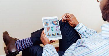 E-Mail-Bewerbung testen: Mann mit Tablet