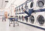 Clever in Jobbörsen suchen: In einer Waschmaschine suchende Frau