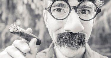 Empfänger des Anschreibens einfühlen: Mann mit Maske