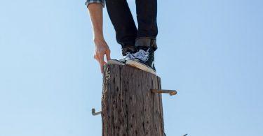 Fehlende Qualifikation ausgleichen: Mann versucht Balance zu halten