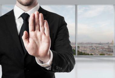 Formulierungen zur Motivation vermeiden: Mann mit vorgehaltener Hand