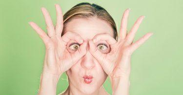 In Jobbörsen suchen: Frau hält ihre Hände als Brille an die Augen