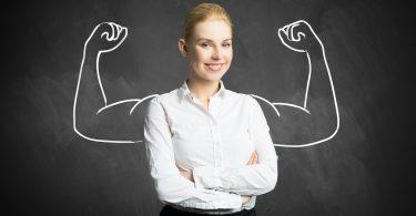 Mit fachlichen Qualifikationen überzeugen: Frau hinter der auf der Wand Muskelarme aufgezeichnet wurden