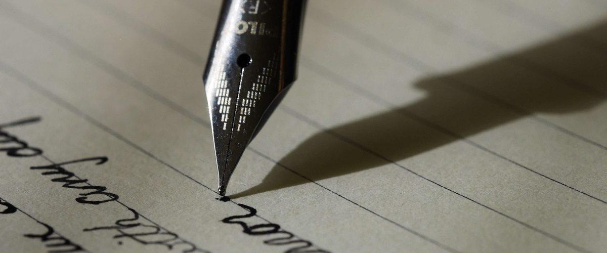 P. S. im Anschreiben: Füller, der einen Brief schreibt