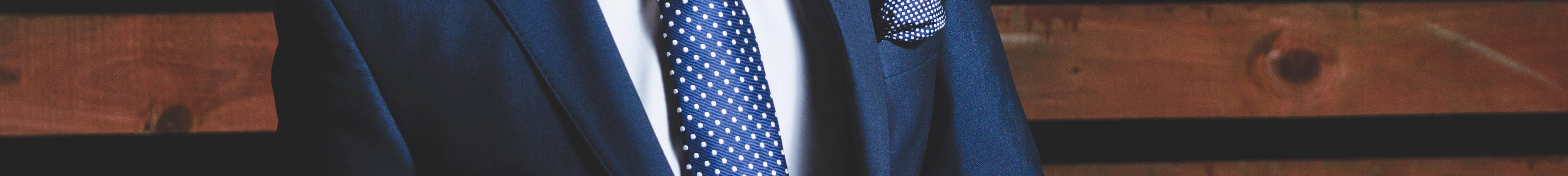 Selbstbewusstsein in der Bewerbung: Mann im Anzug in selbstbewusster Haltung