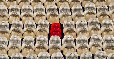 Ins Raster passen: weiße Gummibärchen und ein rotes
