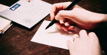 persönliche Anrede im Anschreiben: Schreibende Hand