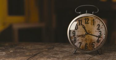 Zeitpunkt zum Versand der Bewerbung: Uhr in Sepia