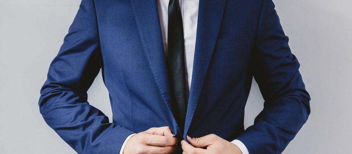 Körpersprache im Vorstellungsgespräch: Mann im Anzug