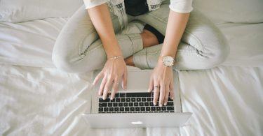 Online-Formular für Bewerbung ausfüllen: Frau zu Hause