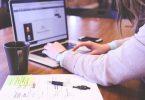 Stellensuche auf Unternehmens-Websites: Recherchierende Frau am PC