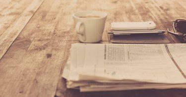 Stellensuche in Zeitungen und Zeitschriften: Zeitung auf einem Tisch