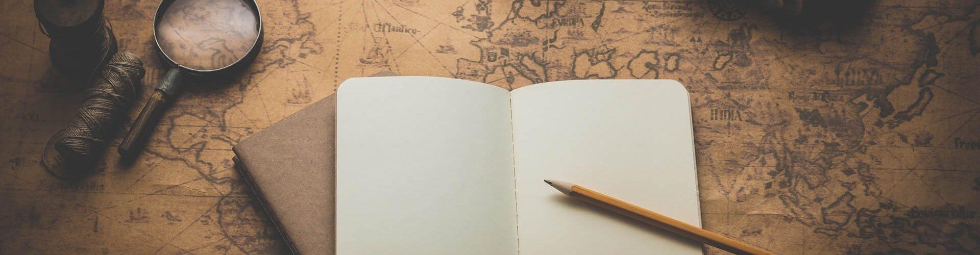 Unternehmensrecherche: Spionagerequisiten auf einer Landkarte