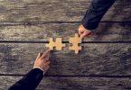 Zum Unternehmen passen: Zusammengefügte Puzzleteile