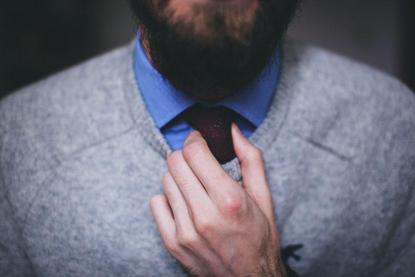 Mann mit Pullunder und Krawatte als Kleidung