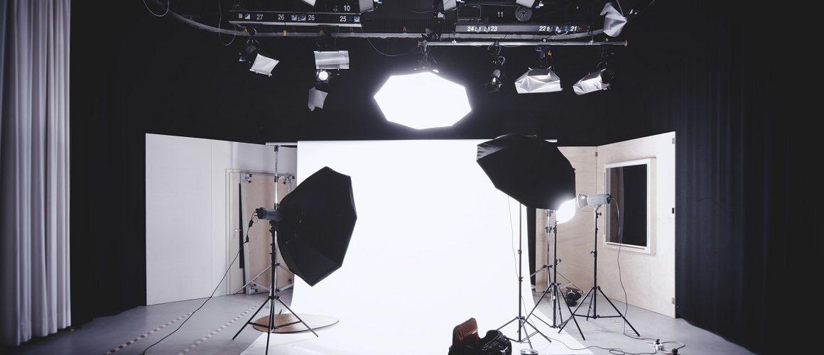 Fotostudio mit Scheinwerfern und weißer Leinwand