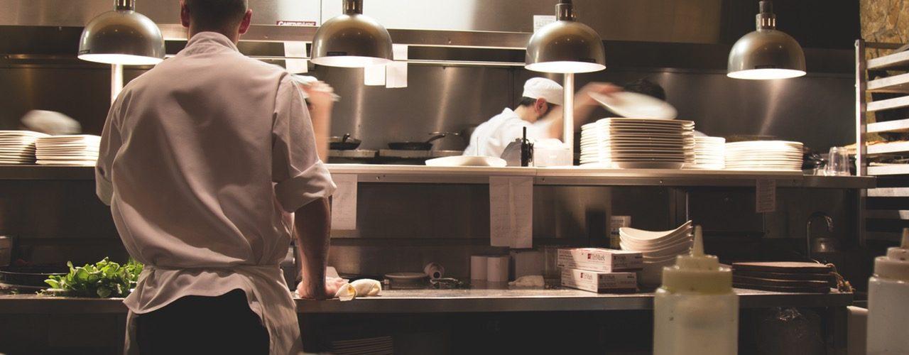 Küche mit zwei Köchen