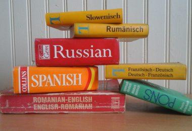 Sprachkenntnisse im Lebenslauf: Mehrere Wörterbücher übereinander gestapelt