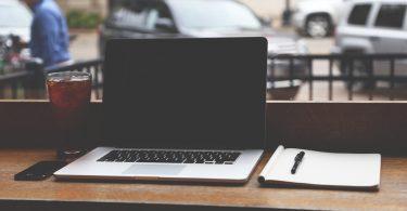 Laptop und Block auf Tisch (Bewerbungsmythen)