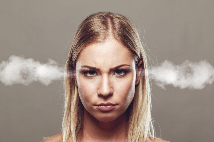 Kopf von Frau raucht wegen Stressfragen
