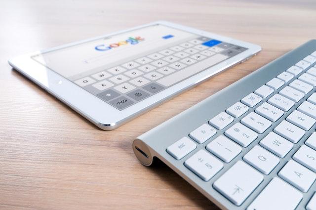 Tablet und Tastatur