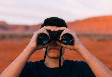 Fotografie einer Person mit Ferngläsern